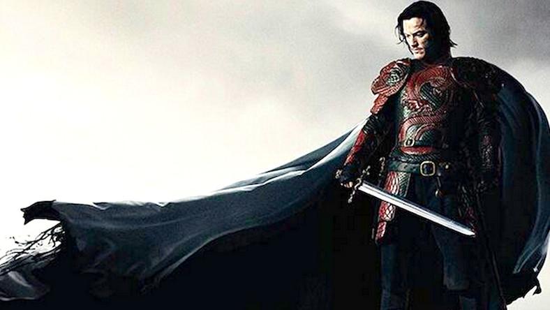 """Film """"Dracula: historia nieznana"""" będzie łączył historię autentycznej postaci historycznej – Vlada Palownika (Luke Evans), który walczył z Turkami oraz legendę o wampirze Draculi opisaną w powieści Brama Stokera"""