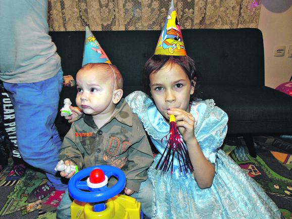 Voin i Isidora obradovali su se igračkama