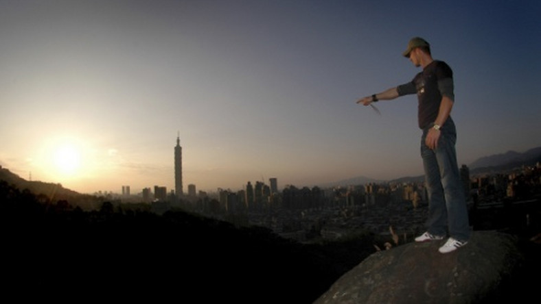 Felix Baumgartner uprawia BASE jumping, czyli nielegalne skoki z budynków