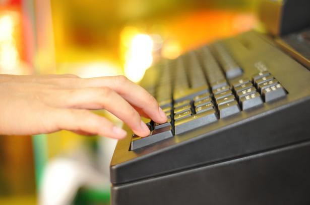 Świadczenie przez podatnika usług gastronomicznych z samochodu nie stanowi świadczenia usług, o których mowa w art. 145b ust. 1 pkt 2 ustawy o VAT. W związku z tym podatnik ten nie będzie od 1 lipca 2020 r. obowiązany do stosowania kas online (nadal będzie mógł stosować kasę z elektronicznym lub papierowym zapisem kopii).