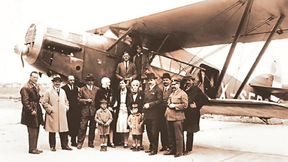 Tadija Sondermajer je sa kolegom Vladimirom Striževskim pilotirao na otvaranju prve avionske linije Beograd - Zagreb