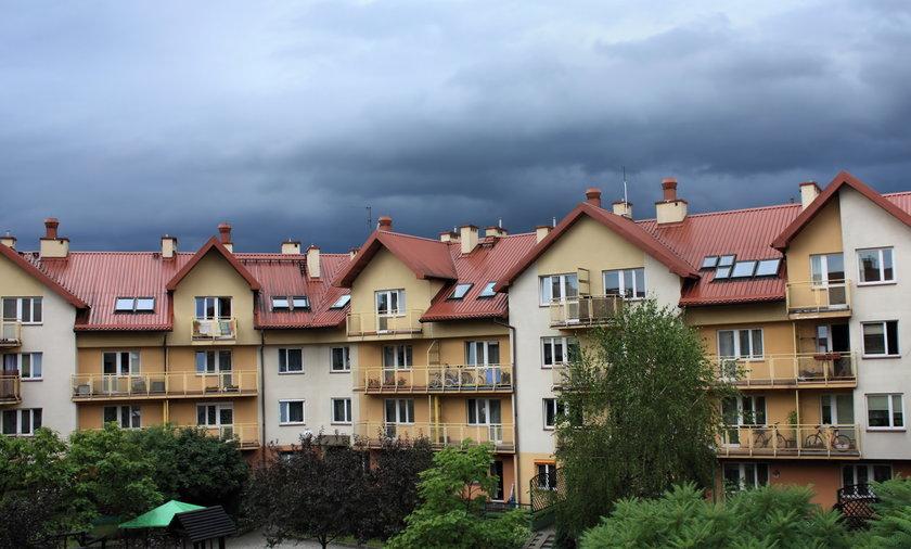 osiedle burza nawałnica chmury deszczowe blok