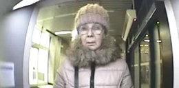 Ta starsza kobieta ukradła pieniądze z bankomatu. Znasz ją?