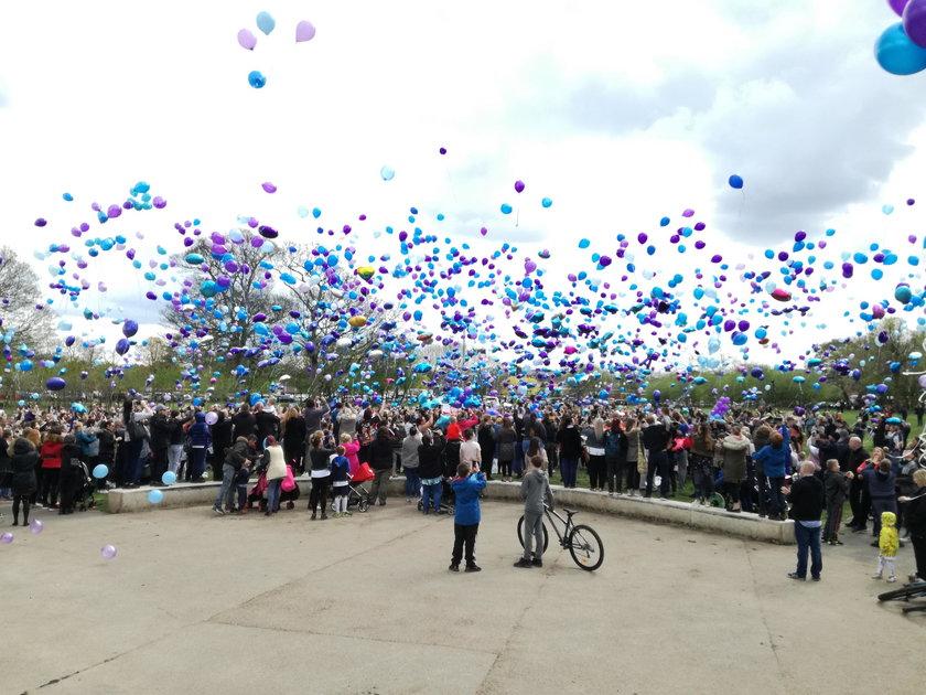 Tłumy żegnają Alfiego Evansa. W powietrze puszczono morze balonów