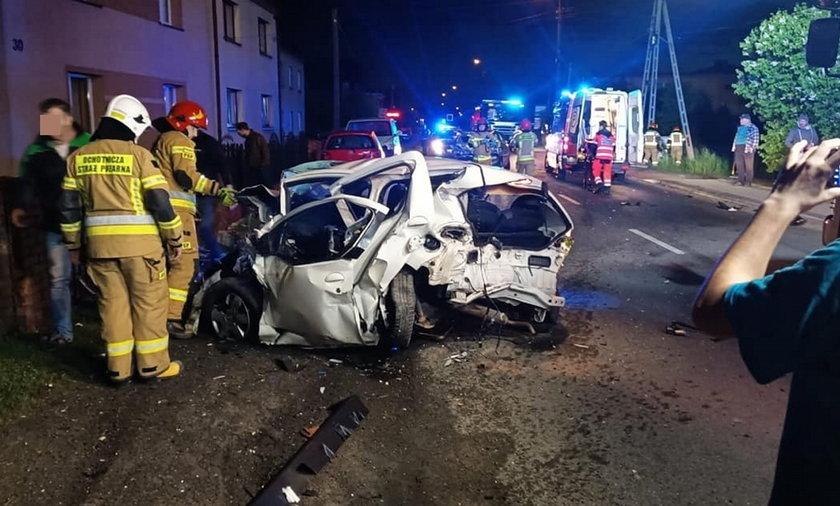 Tragicznie wyglądający wypadek w Gaszowicach (woj. śląskie). Pijany 17-latek stracił panowanie nad samochodem i wjechał w zaparkowane obok drogi pojazdy.