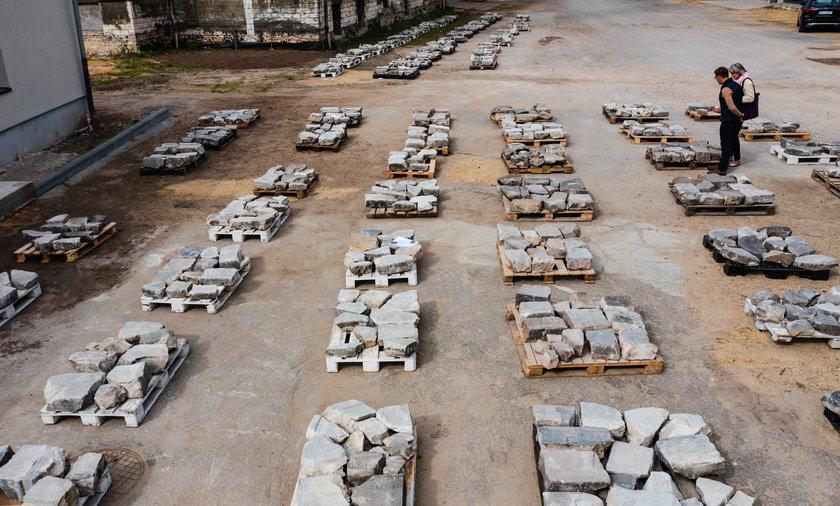 Fragmenty odkopanych macew zostały ułożone w hali kompleksu przemysłowego przy ul. Sieleckiej w Będzinie.