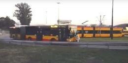 Autobus pchał go przez kilkaset metrów. Pasażera szukają policjanci