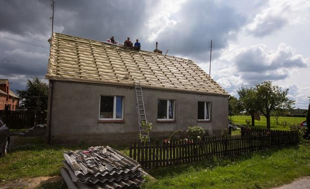 Gospodarstwo zniszczone przez nawałnicę w Trzecianowie.