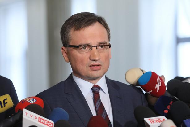 Minister sprawiedliwości Zbigniew Ziobro podczas konferencji prasowej w Sejmie.