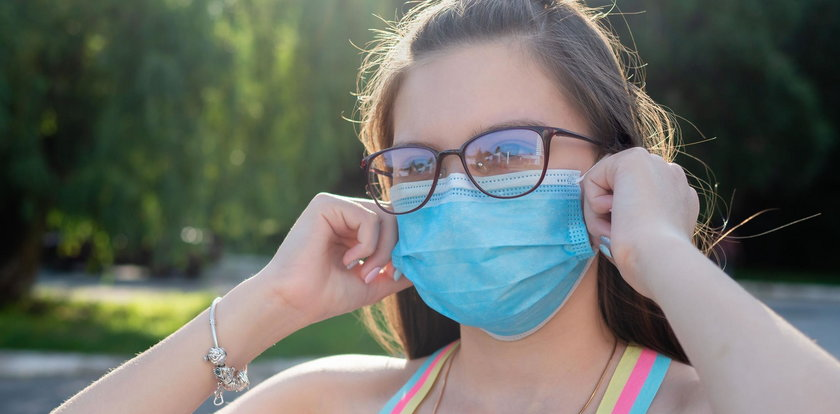 Noszenie maseczki powoduje próchnicę? Dentyści apelują, aby zwracać uwagę, jak oddychamy
