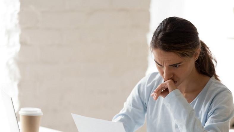 Smutna kobieta przy komputerze