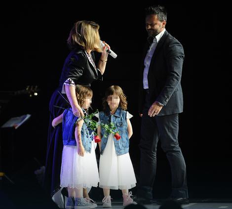 Nedi su se na sceni pridružile unuke i zet, koje su pevačici uručile cveće
