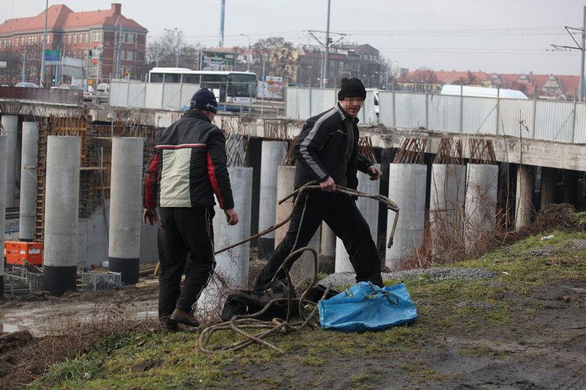 Złomiarze w pobliżu przystanku SKM Gdańsk Śródmieście