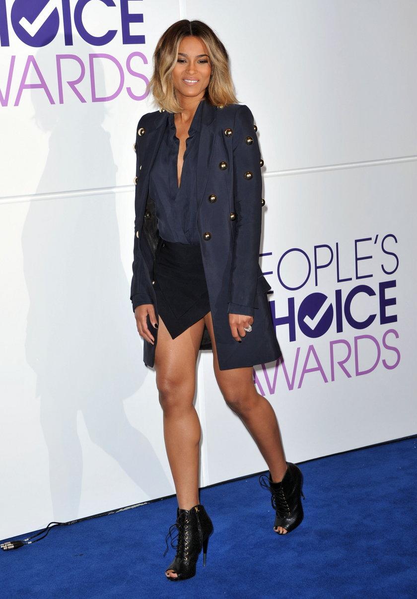 Ciara pokazała się w świetnej stylizacji, która odsłaniała nogi