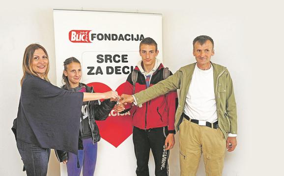 Dragana i Stefan su zajedno sa ocem Slavoljubom preuzeli ključeve od stana