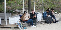 Mroczek z rodziną na plaży. Najpierw fikołki, a potem romantyczne pocałunki