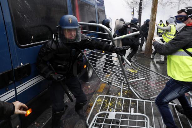 Przebywający na placu przy Łuku Triumfalnym manifestanci - niektórzy zamaskowani i z kapturami na głowach - rozproszyli się po okolicznych uliczkach.