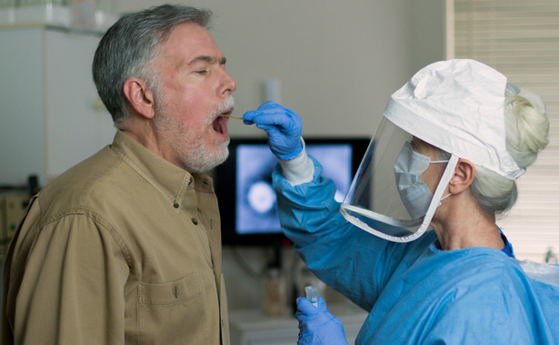 Pobieranie wymazu, test na koronawirusa