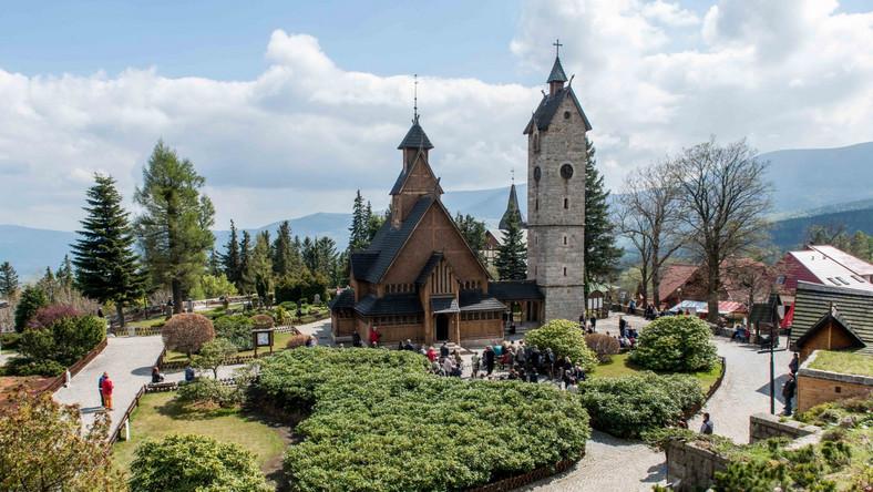 Świątynia Wang, obok której na cmentarzu ewangelicko-augsburskim spoczęły prochy Tadeusza Różewicza, to najstarszy kościół drewniany w Polsce. Co ciekawe, nie pochodzi z Polski. Został wzniesiony w Norwegii, w miejscowości Vang, na przełomie XII i XIII wieku, a w 19842 roku przeniesiono go do Polski. Jest cennym zabytkiem kościoła klepkowego (stavkirke)