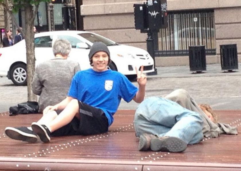 Tak bogate dzieciaki kpią z bezdomnych