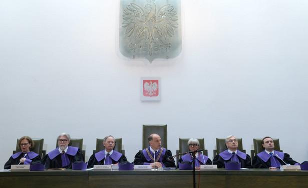 Sąd Najwyższy uznał, że prawo łaski może być stosowane wyłącznie wobec prawomocnie skazanych, a jego zastosowanie przed prawomocnym wyrokiem nie wywołuje skutków procesowych.