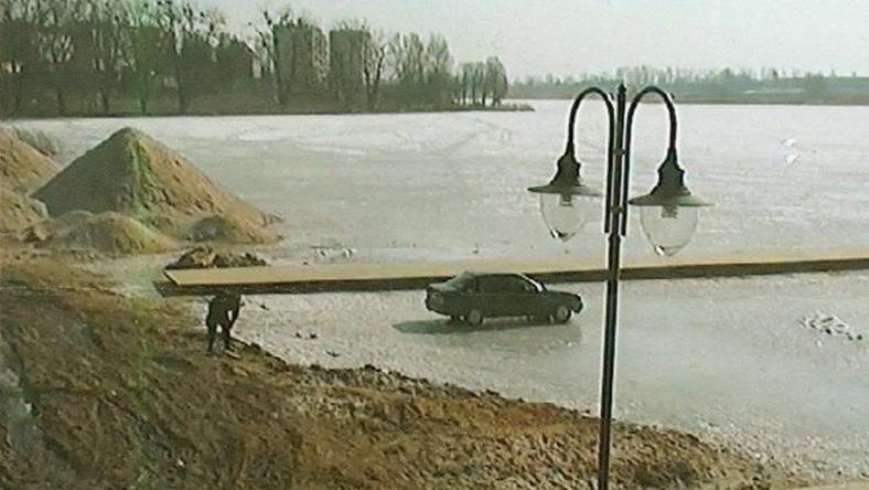 Mieszkaniec Sarogardu Gdańskiego zaparkował na zamarzniętej tafli jeziora
