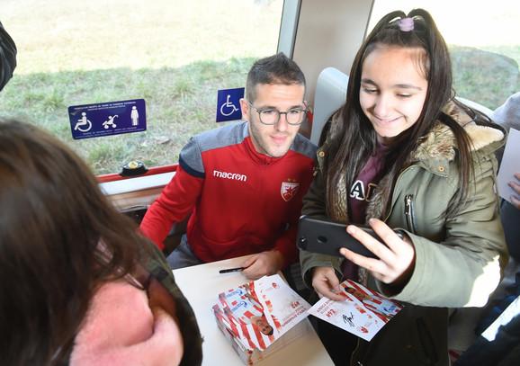 Novajlija Aleksa Vukanović se slika sa navijačicom veoljenog kluba