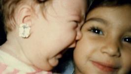 Kto pochwalił się tym uroczym zdjęciem z dzieciństwa? Dziś to znane celebrytki