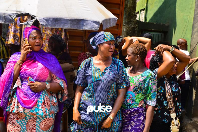 Mothers wear mournful looks at site of Lagos building collapse (Pulse)
