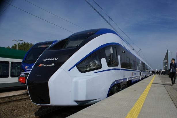 """Dart, czyli największa premiera tegorocznych targów Trako. Oczekiwania wobec tych pociągów Pesy są duże. Zostały nawet nazwane """"polskim Pendolino"""". W wersji zamówionej przez PKP Intercity będą mogły się poruszać z prędkością do 160 km/godz., więc do Pendolino, które jeździ 250 km/h, im daleko. Pesa twierdzi jednak, że na bazie tej konstrukcji skonstruuje w przyszłości skład dużych prędkości.Na ani jeden Dart nie został odebrany przez PKP Intercity. Producent złożył ich na razie osiem. Termin zakończenia dostaw 20 sztuk, który został przesunięty z końca października na koniec grudnia, wydaje się więc mało prawdopodobny. W branży pojawiły się też spekulacje, że mogą się też pojawić problemy z dopuszczeniem do ruchu w związku ze zbyt dużą masą pojazdu."""
