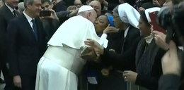 Papież prosił, by pocałowana go nie pogryzła