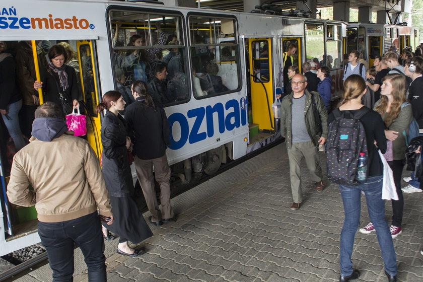 Pasażerowie wchodzą do tramwaju