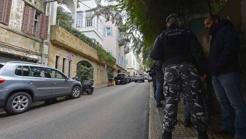 Libańscy policjanci przed domniemanym domem Carlosa Ghosna w Bejrucie