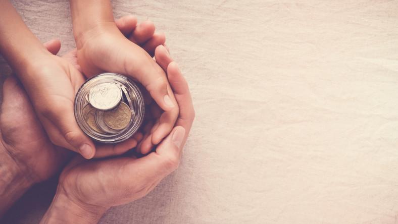 zasiłek świadczenie pomoc społeczna dziecko rodzic fot. shutterstock