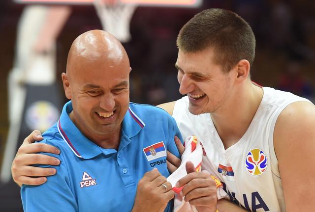 Neša Ilić i Nikola Jokić posle pobede Srbije nad Portorikom na Mundobasketu u Kini
