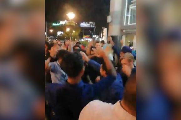 Indijci su došli u Beograd na SVADBU PRIJATELJA, čuli pesmu koju svi znamo i PALI U TRANS na Trgu republike (VIDEO)