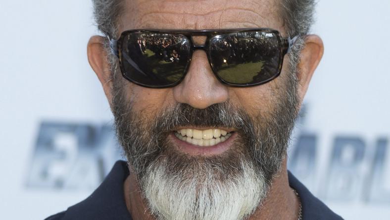 """W trzeciej części wybuchowych przypadków """"Niezniszczalnych"""" Mel Gibson zagrał czarny charakter –Conrada Stonebanksa, kiedyśzałożyciela legendarnej drużyny, dziś jeden z potentatów handlu bronią. Właśnie jemu będą musieli stawić czoła najemnicy pod dowództwem Barneya Rossa…"""