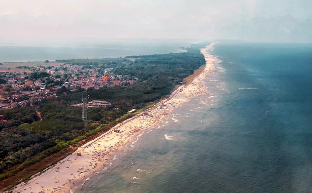 Jurata, miejscowość w gminie Jastarnia na Mierzei Helskiej, to jeden z najbardziej znanych kurortów w Polsce, który niemal od początków ubiegłego stulecia kojarzy się z wypoczynkiem w luksusowej atmosferze. Szczególne walory klimatyczne i krajobrazowe postanowili wykorzystać przedwojenni, zamożni przemysłowcy, tworząc tu pierwsze w Polsce uzdrowisko morskie. Piękna plaża, sosnowe lasy i specyficzny klimat przyciągają turystów, także tych z bardziej zasobnymi portfelami. Oprócz spaceru po wspaniałych lasach otaczających tę nadmorską osadę, można skorzystać z najnowocześniejszych SPA w Polsce i wielu obiektów sportowych. Rezerwacji hoteli na sezon wakacyjny trzeba dokonywać z bardzo dużym wyprzedzeniem, a średnie ceny są wyższe od przeciętnego kosztu noclegu w innych polskich miejscowościach nad Bałtykiem. W bezpośrednim sąsiedztwie Juraty znajduje się rezydencja wypoczynkowa prezydenta RP, która dodaje okolicy jeszcze większego prestiżu.