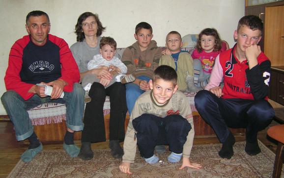Osmočlana porodica Ješić živi u iznajmljenoj baraci sa dva sobička