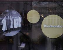 Witryna sklepu Biedronka, który działa przy Rynku Głównym w Krakowie