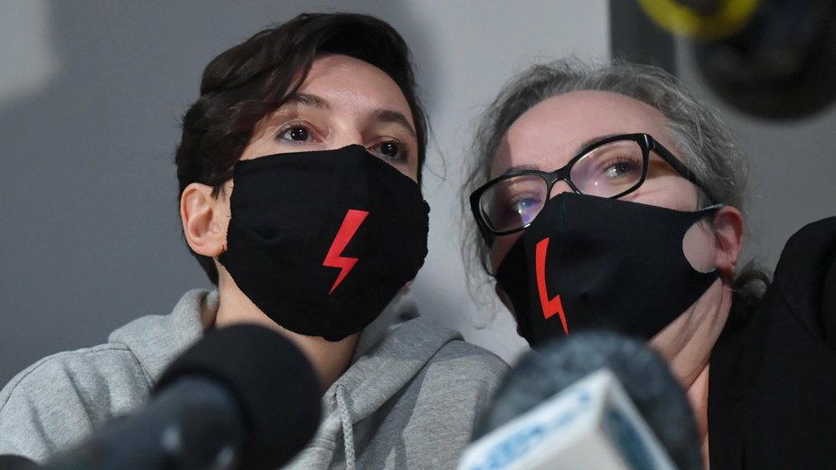 Liderki Ogólnopolskiego Strajku Kobiet Klementyna Suchanow i Marta Lempart podczas konferencji prasowej sztabu OSP w Warszawie