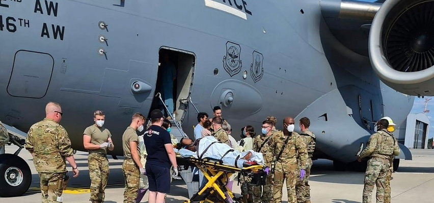 Poród w samolocie ewakuacyjnym z Afganistanu. Nagle wystąpiły komplikacje, kapitan lotu uratował życie matki