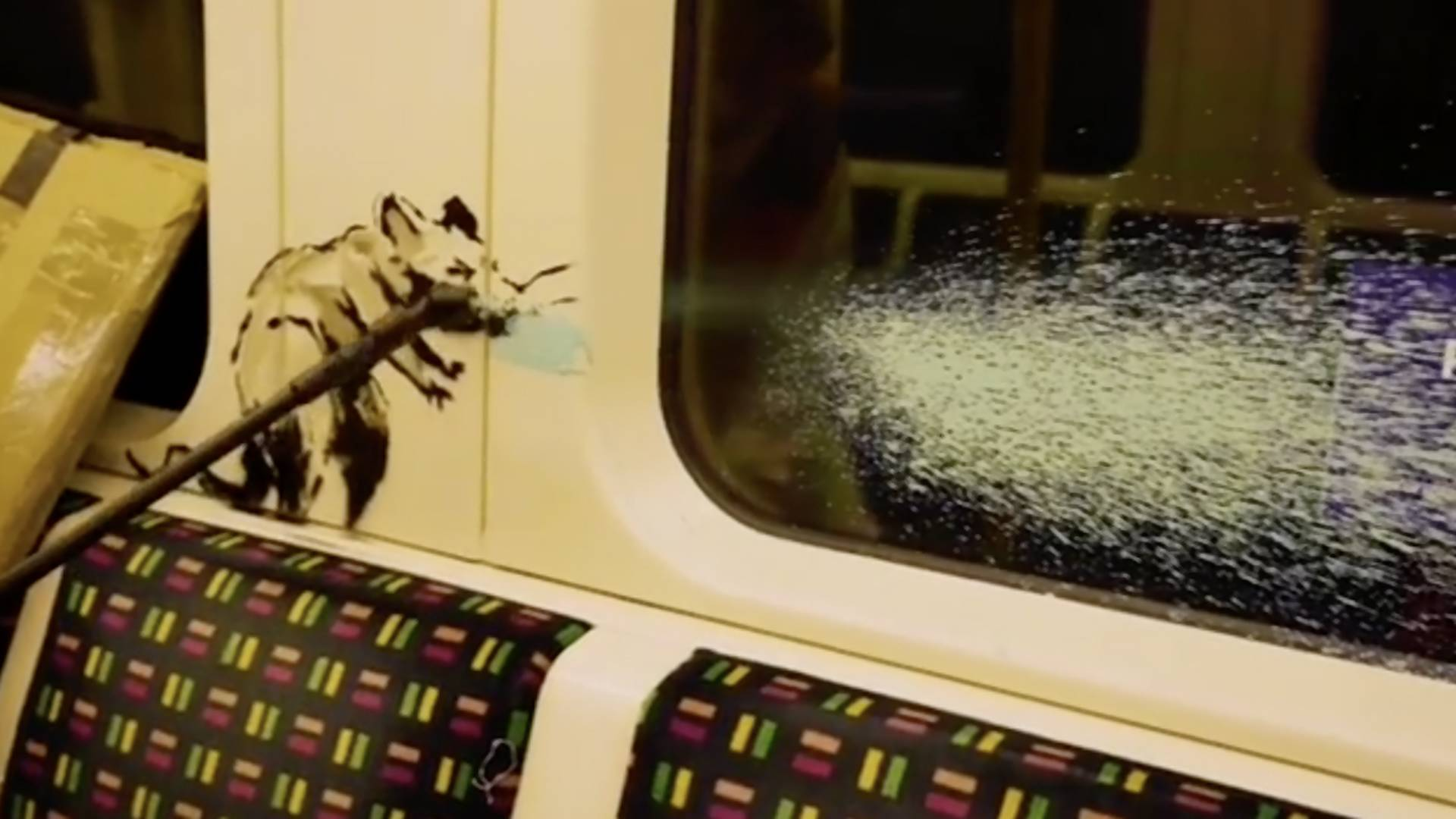 Video: Banksy zeigt neues Corona-Banksy in Londoner U-Bahn