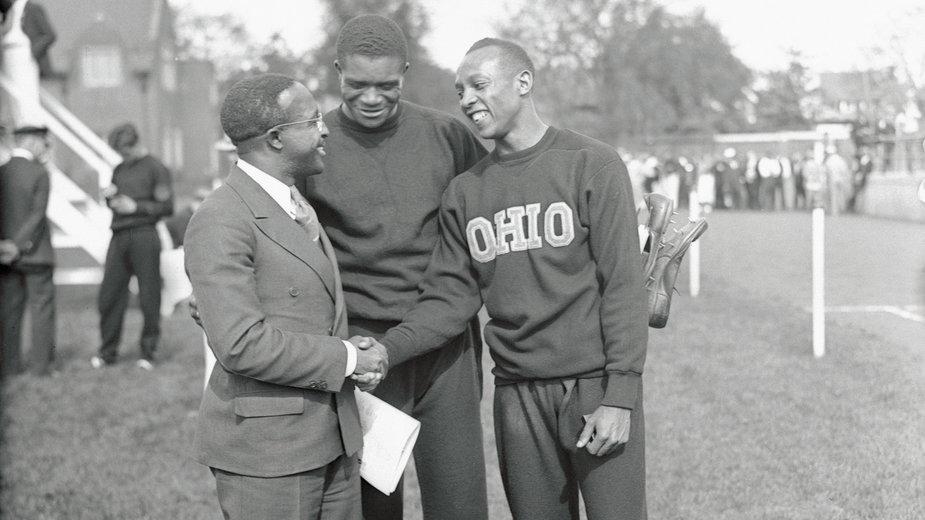 Jesse Owens (w dresie Ohio) odbiera gratulacje po niesamowitym wyczynie w Ann Arbor