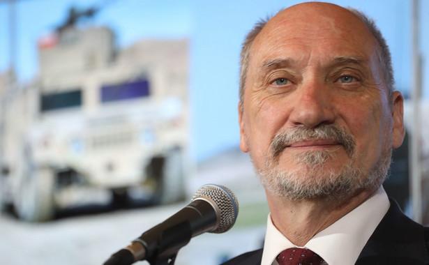 Dodał, że w tej sprawie popiera działania obecnego ministra obrony Antoniego Macierewicza.