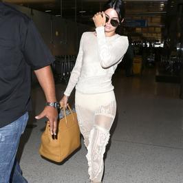 Kendall Jenner w białej stylizacji. Nie każdemu spodobała się kreacja celebrytki...