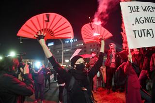 Strajk kobiet. Protestujący zgromadzili się przed siedzibą TVP