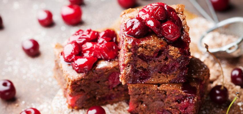 Proste przepisy na letnie ciasta. Czekoladowe z wiśniami, szarlotka i sernik