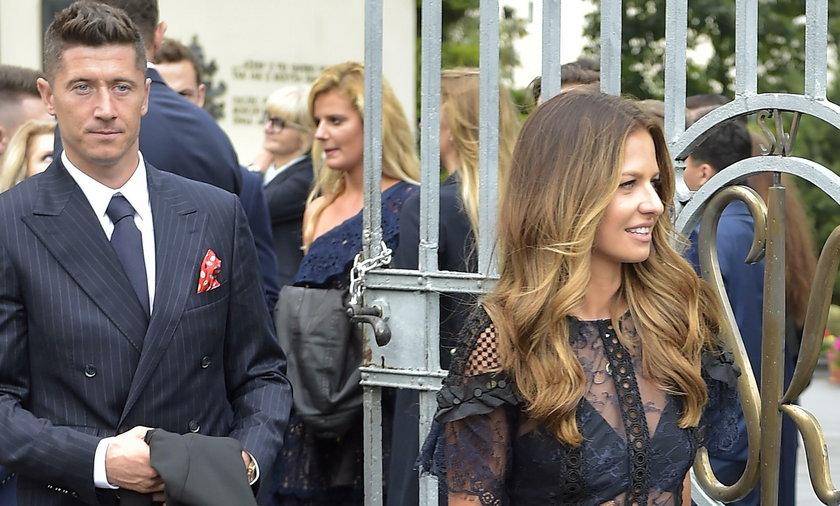 Robert Lewandowski z żoną Anną na ślubie Korcz