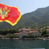 Povodom obeležavanja Dana nezavisnosti Crne Gore, u opštini Tuzi vijore se CRNOGORSKE I ALBANSKE ZASTAVE